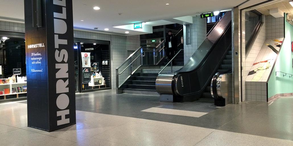 Kontrastmarkering vid rulltrappa i Hornstull galleria